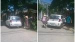 Ô tô đỗ chắn lối đi, huy động cả nhà khiêng vào lề đường