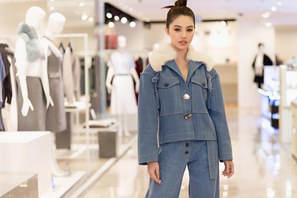 Hoa hậu 'hội con nhà giàu' mặc áo cổ lông giữa Sài Gòn nóng bức