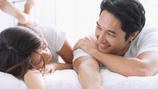 Chồng đột ngột bước vào giường hôn tôi rồi đề nghị ly dị