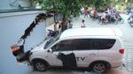 Xế hộp lao vù vù húc đổ ki-ốt ở Hà Nội