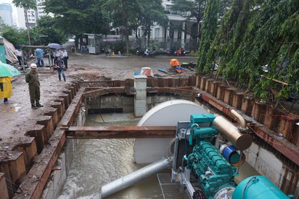 Tận mắt xem máy bơm khổng lồ đẩy nước ở 'rốn ngập' nhất Sài Gòn