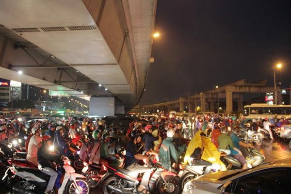 Cửa ngõ Sài Gòn tê liệt trong cơn mưa chiều