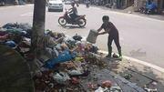 Rác ngập thị xã Sơn Tây, tràn đến cửa trụ sở phường