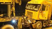 Container đâm nhau biến dạng, tài xế chết trong cabin