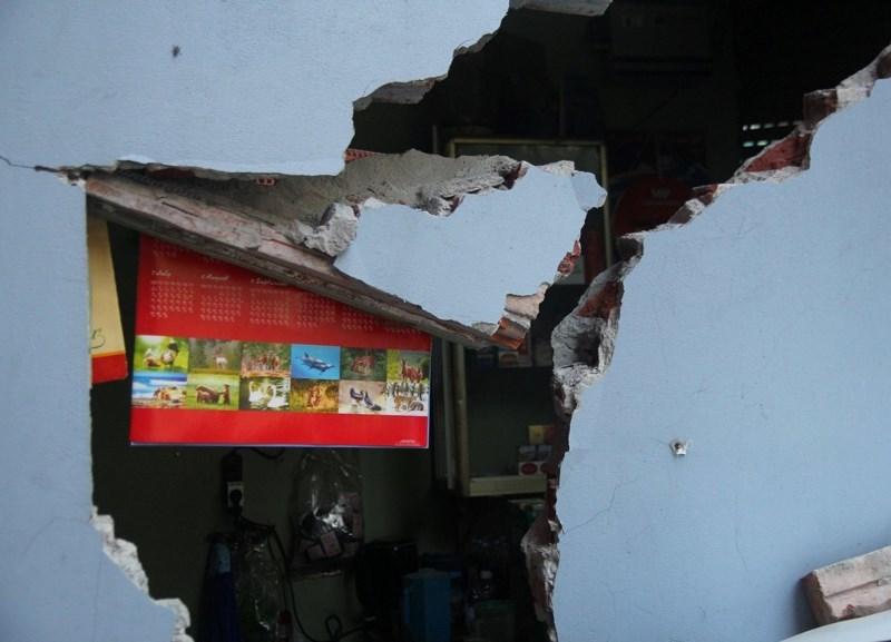 Ô tô tông sập tường, chủ tiệm đòi đền bù... 200 triệu