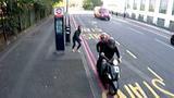 Cô gái bị giật điện thoại trong chớp mắt tại điểm chờ xe buýt
