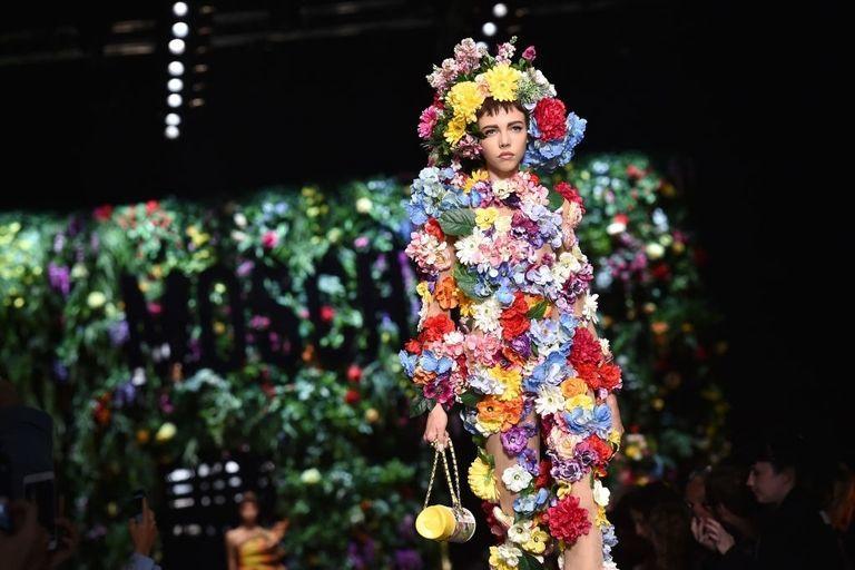 Người mẫu biến thành bó hoa khổng lồ trên sàn diễn