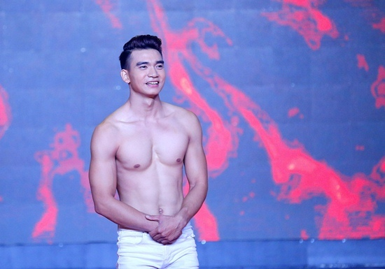 'Hotboy làng xiếc' khiến khán giả mê mẩn vì đẹp trai, hình thể chuẩn