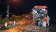 Xe tải và 2 xe giường nằm tông nhau, nhiều người thương vong