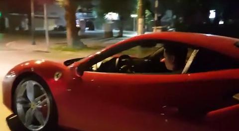 Xem Tuấn Hưng phi 'ngựa chiến' Ferrari gần 16 tỷ dạo phố Hà Nội