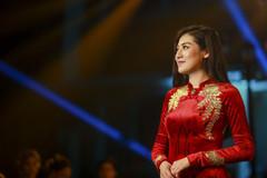 Á hậu Tú Anh mặc áo dài dát vàng hơn 300 triệu