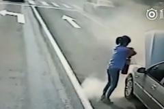 Nữ tài xế bình tĩnh xử lý chiếc ô tô bốc cháy cạnh trạm xăng