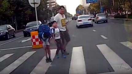 10 clip 'nóng': Hành động của 2 đứa trẻ gây sốt