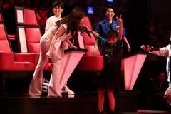 Hương Tràm thán phục tài năng của cô bé hát lô tô hội chợ