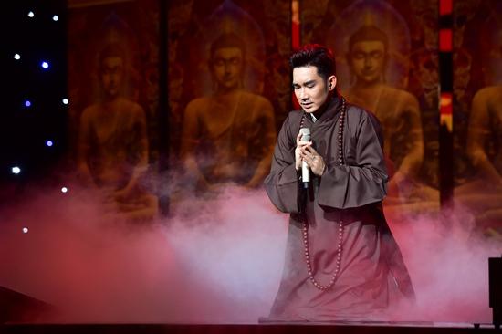 Hoài Linh giả gái xinh lộng lẫy trong liveshow Quang Hà