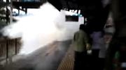 Cảnh tượng kinh hoàng tàu hoả lao vào ga ngập nước