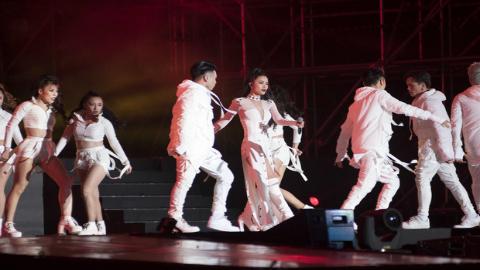 Clip Đông Nhi trình diễn tại Asia song festival 2017