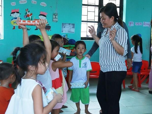 Về nơi cô giáo vừa dạy vừa quạt tay cho trẻ