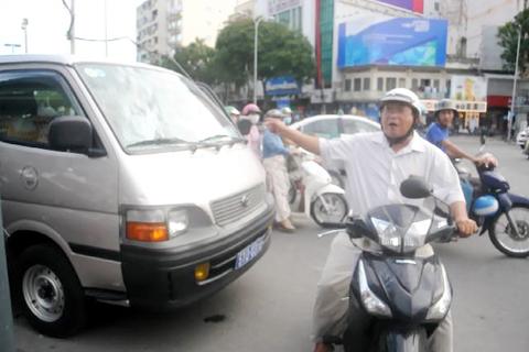 """""""Xe của ai mà đậu ở đây. Đậu xe ở đây gây kẹt xe tôi đi không được...""""- một người đàn ông chạy xe máy phản ứng gắt khi thấy chiếc ô tô chở ông Đoàn Ngọc Hải đi dẹp vỉa hè đậu trên đường gây kẹt xe."""