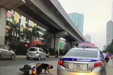Cái kết đắng cho thanh niên không mũ bảo hiểm tạt đầu ô tô