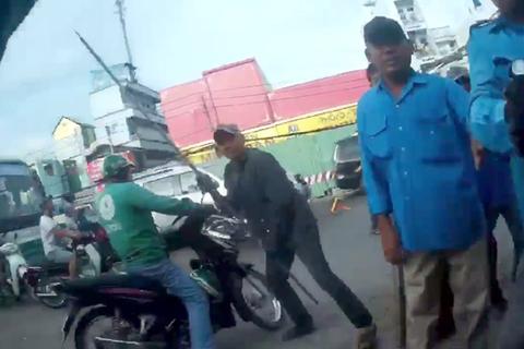 Nam thanh niên đối tác của GrabBike đứng trước cổng bến xe An Sương để chờ đón khách thì bị nhóm xe ôm truyền thống đến hăm dọa rồi đánh hội đồng gây thương tích…