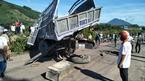 Tàu hỏa húc xe tải biến dạng, tài xế nguy kịch