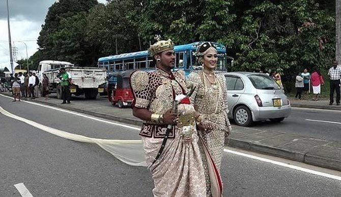 Váy cưới dài 3,2 km, cô dâu phải nhờ 250 học sinh bỏ học để bê