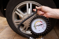 Cách đơn giản nhận biết lốp ô tô bị non hơi