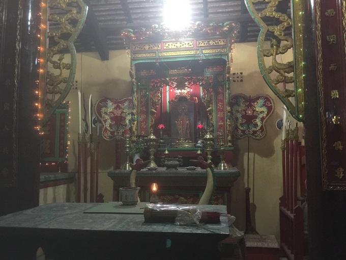 Chuyện về ngôi mộ tập thể và cảnh buôn bán tấp nập ở khu đền thờ