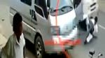 Lái xe đạp bị ô tô húc bay vì chiếc xe van bất ngờ mở cửa