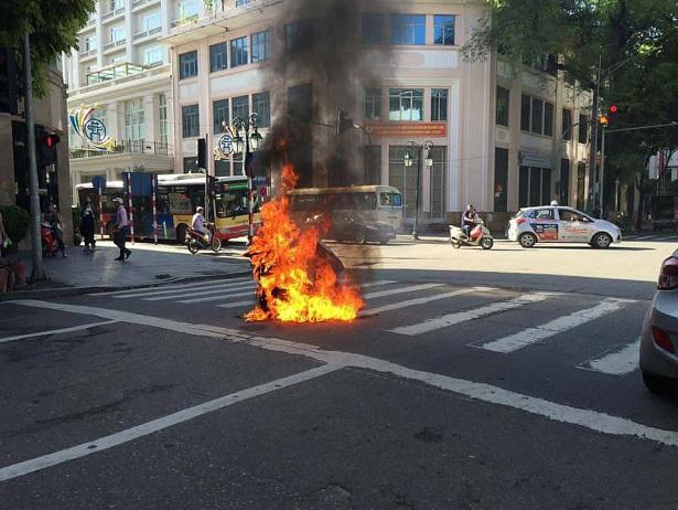 Xe máy đang chạy bốc cháy dữ dội trên phố Hà Nội