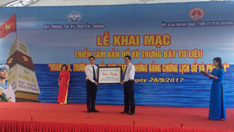 Tặng tư liệu chủ quyền biển đảo cho tỉnh Tuyên Quang