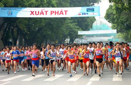 Hơn 1.000 người chạy 'Vì hòa bình' quanh hồ Hoàn Kiếm