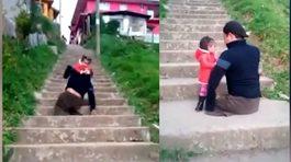 Bố không chân bế con gái lên bậc cầu thang khiến người xem xúc động