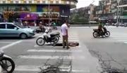 Đâm cụ ông bất tỉnh giữa phố Hà Nội, đôi nam nữ bỏ chạy