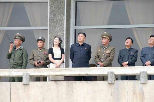 Hình ảnh vợ chồng Kim Jong Un hạnh phúc sánh đôi