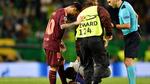 Fan cuồng hôn Messi tại quê nhà CR7