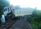 Tàu hỏa đẩy văng xe ben 200m, đường sắt tê liệt