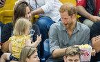 Hoàng tử Anh làm mặt hài hước khi bị 'trộm' bỏng ngô