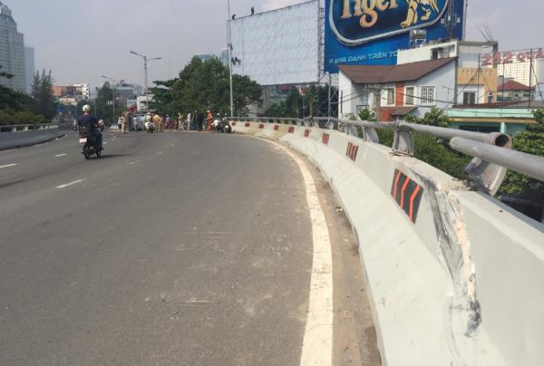 Tài xế 'mơ' ngủ, ô tô suýt bay khỏi cầu vượt ở Sài Gòn