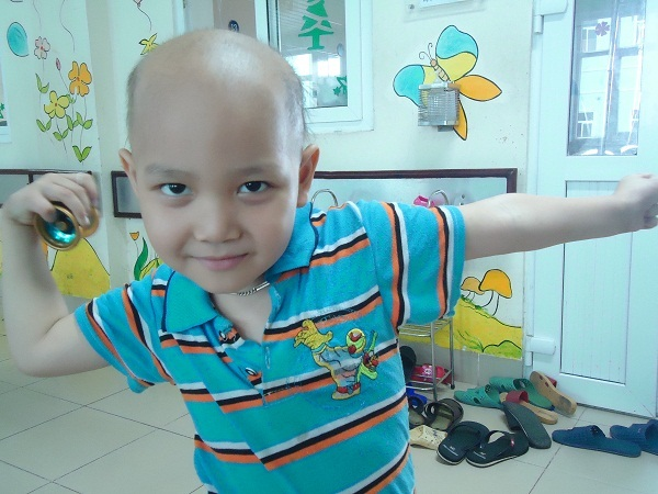 Nụ cười hồn nhiên của cậu bé mắc bệnh ung thư máu