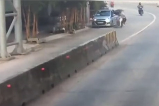 Tài xế taxi mở cửa, hất người đi xe máy ngã sấp mặt rồi bỏ chạy
