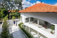 """Nhà 70 tuổi ở Sài Gòn được """"hô biến"""" thành dinh thự hiện đại đẹp miễn chê"""
