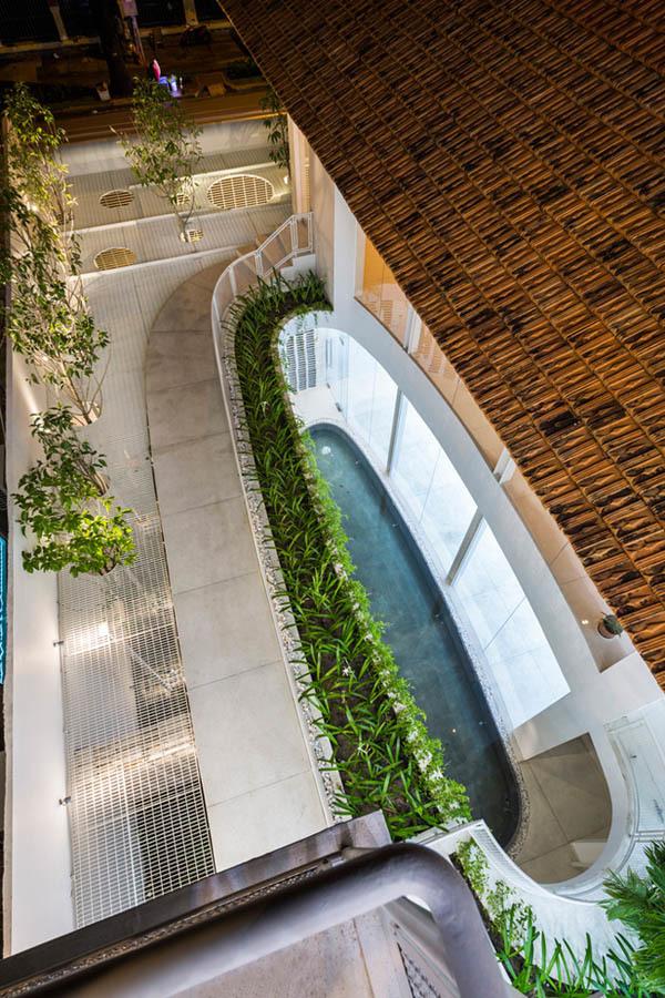 Nhà 70 tuổi ở Sài Gòn được 'hô biến' thành dinh thự hiện đại đẹp miễn chê