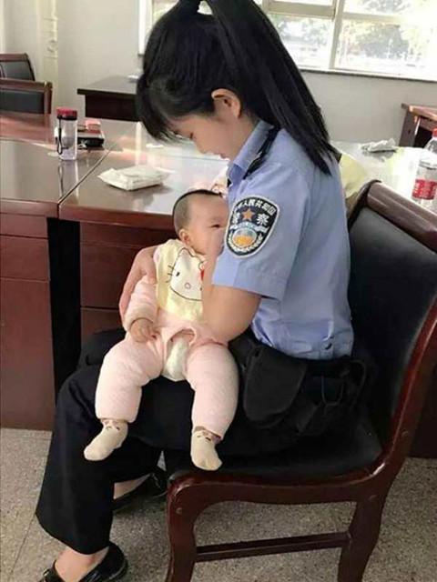 Cảm động cán bộ tòa cho con của bị đơn bú sữa