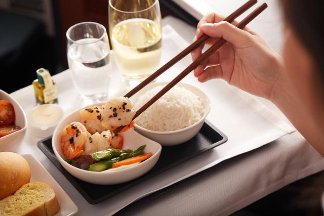Tại sao đồ ăn trên máy bay thường kém ngon?