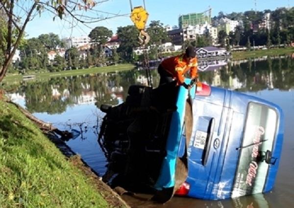 Xe khách 29 chỗ lao xuống hồ Xuân Hương lúc mờ sáng