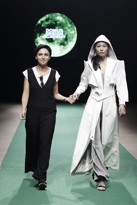 Con gái Hồng Quế đáng yêu làm vedette đêm mở màn Tuần lễ thời trang