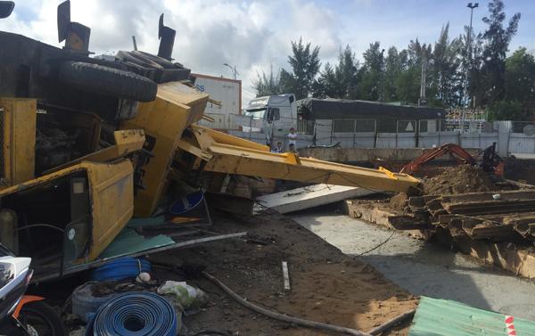 Sập cần cẩu trăm tấn giữa Sài Gòn