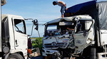 Xe tải đối đầu: Phụ xe văng ra đường, tài xế dính chặt trong buồng lái